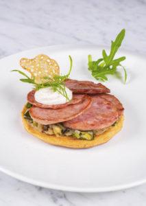 Charcuterie Cazaux - Tartelette au saucisson à l'ail, poireaux et tuile de pain